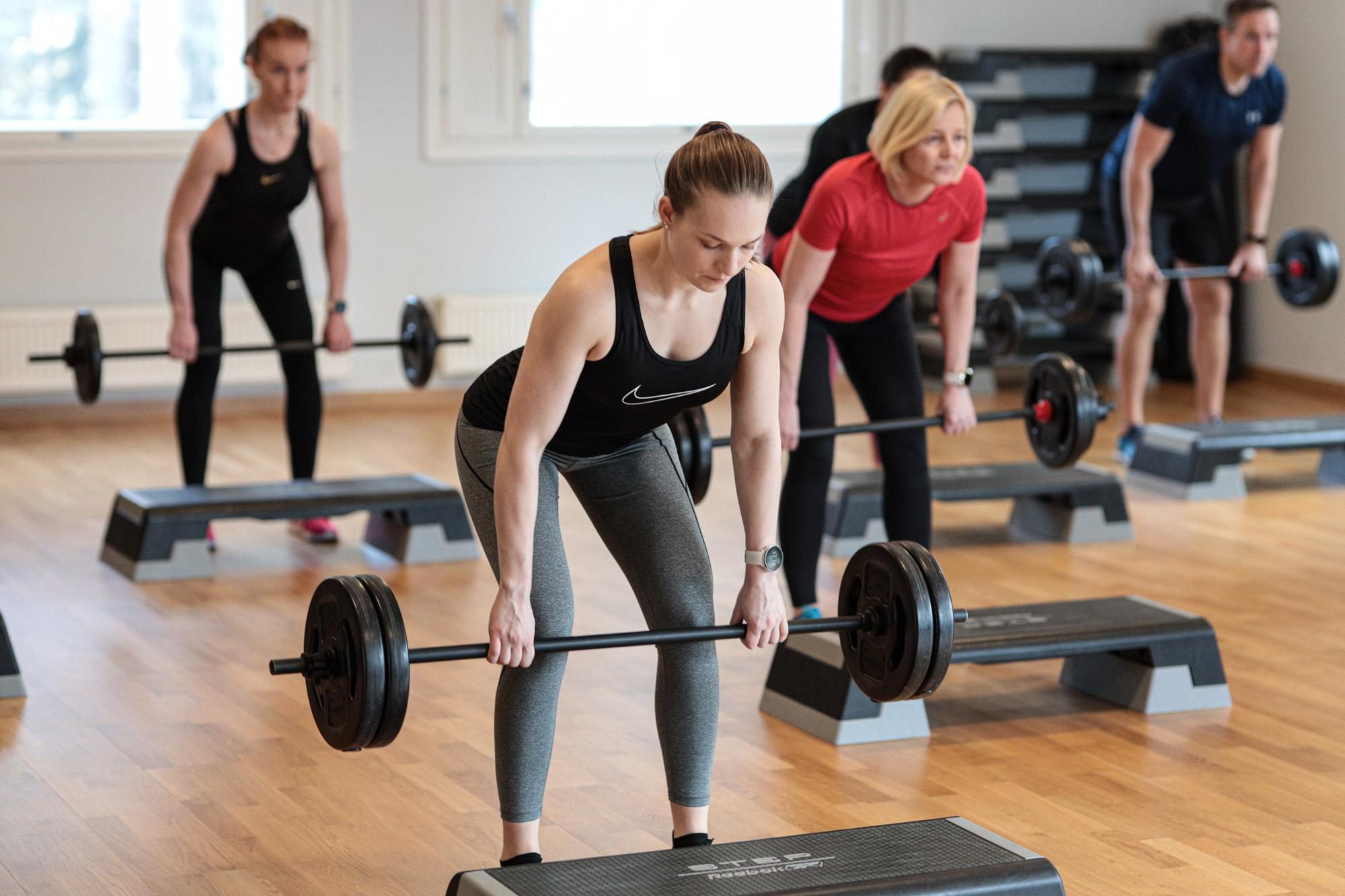 Lihaskuntoharjoittelua lisäpainoilla, ilman askelsarjoja.