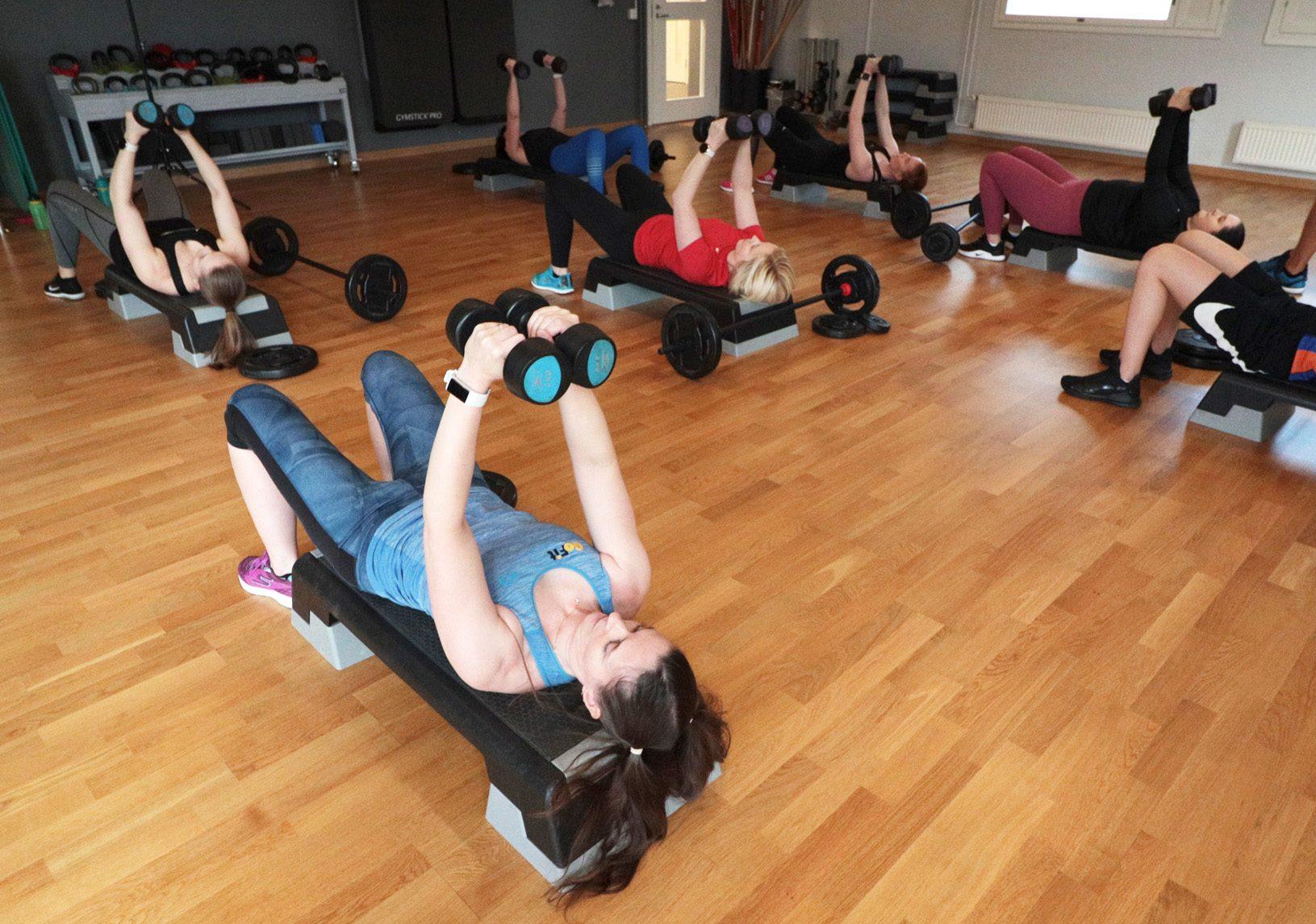 Lihaskuntoharjoittelua lisäpainoilla ja kehonpainolla.