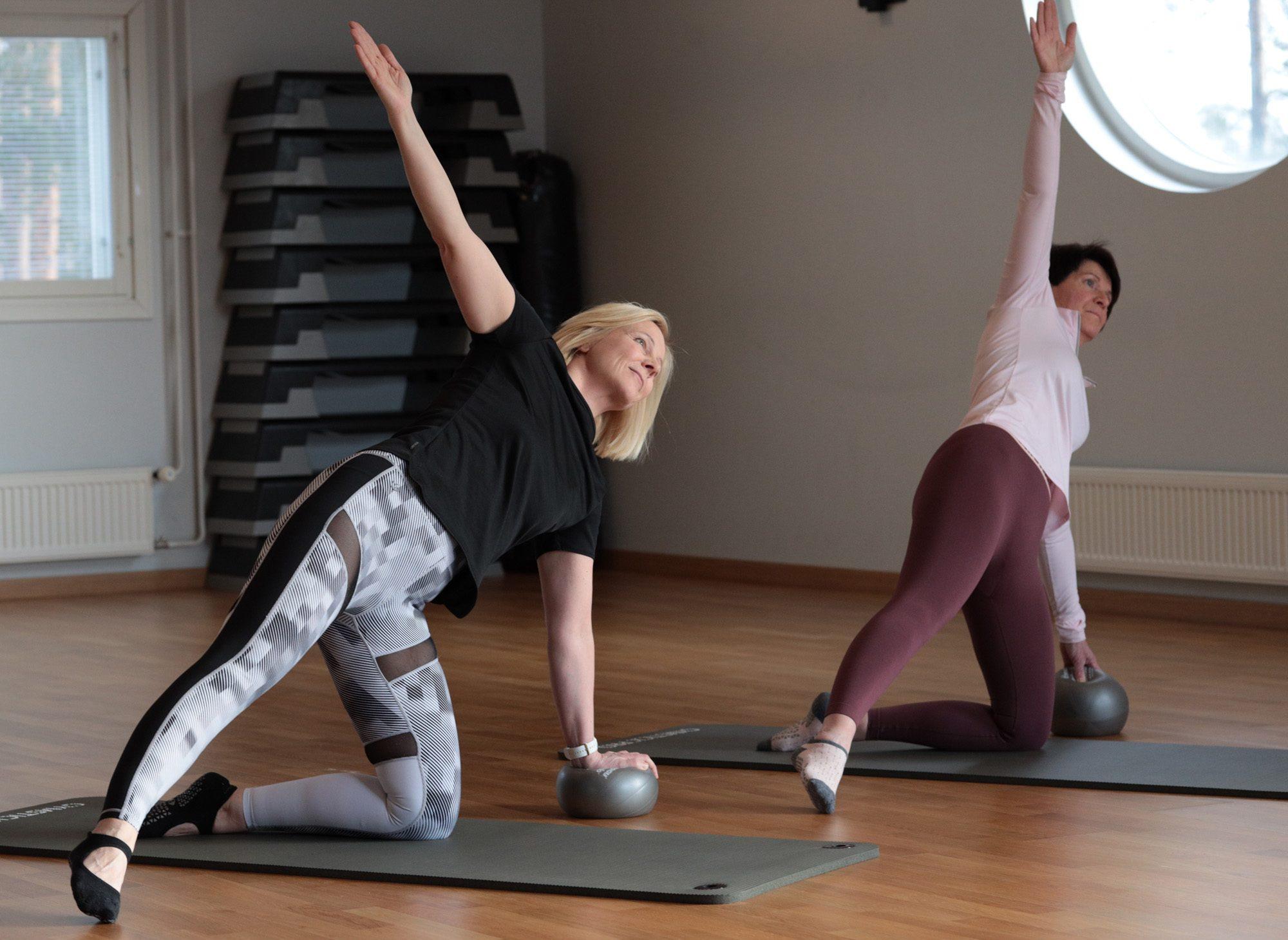 Terve selkä -tunnilla keskitymme hartiarenkaan, keskivartalon ja lantion alueen lihaskunnon parantamiseen sekä selkärangan liikkuvuuden lisäämiseen.