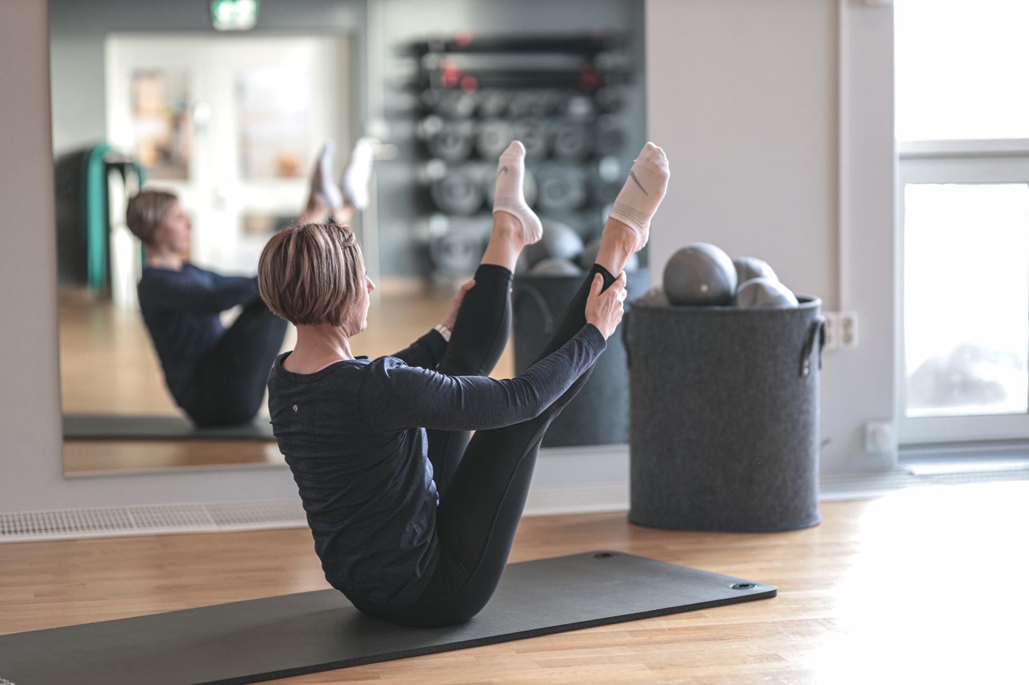 Kehon syviä lihaksia vahvistava kehonhallintatekniikkatunti sopii kaiken ikäisille ja kuntoisille.